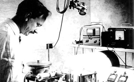 Dr Bruce Fraser at work in the CSIRO Parkville laboratory