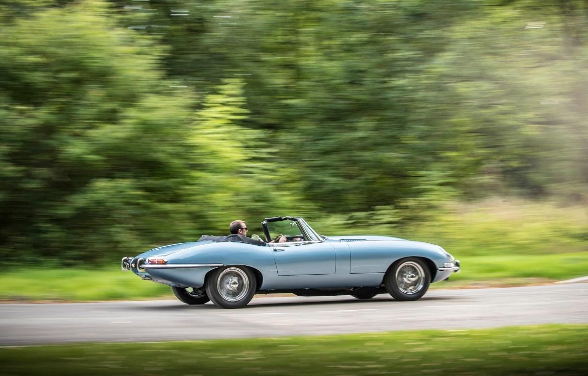 Véhicule jaguar sur route