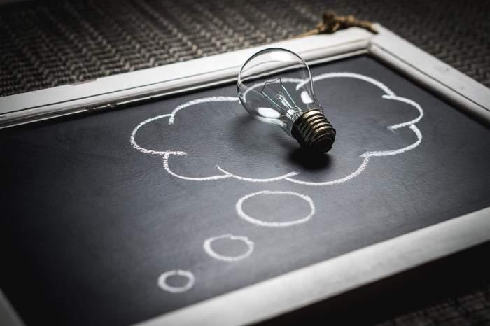 Thought bubble and lightbulb idea