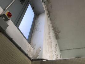 Nel locale docce la sistuazione era più critica e, dopo aver rimosso con i raschietti tutte le parti sollevate, si è reso necessario l'uso di stucco, prodotti antimuffa e idropittura specifica.
