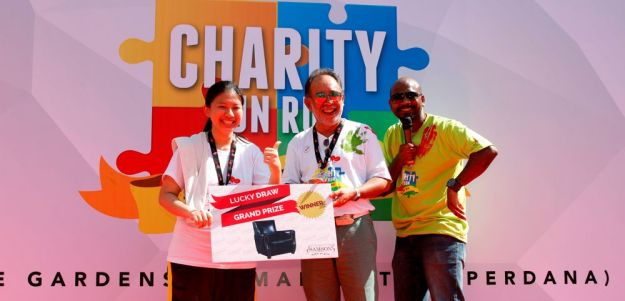 Lucky Draw Grand Prize Winner, Su Rei with Mah Sing Foundation Chairman - Dato' Syed Norulzaman and the MC of the day