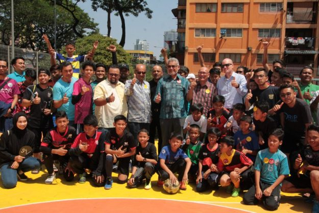 Federal Territories Minister of Malaysia, Yang Berhormat Tuan Haji Khalid Samad (in the middle) along with Projek Komuniti Kita futsal tournament finalists. Both teams were made up of children who took part in futsal workshops recently organised by Lendlease. On the right is the Mayor of Kuala Lumpur, Yang Berbahagia Dato' Nor Hisham Ahmad Dahlan and Lendlease Project Director for The Exchange TRX, Mr. Brendan Walker, while Lendlease Chairman, Mr. Dinesh Nambiar is on the left (of YB Khalid)