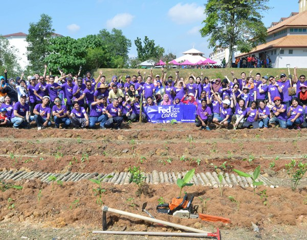 FedEx volunteers join the Food Aid Foundation at Enggang Apartment which aimed to help the Enggang community and two other locations embrace urban farming