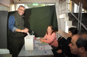 César Baliña, candidato a secreario General de la La Plata- Ensenada votando en el IPS