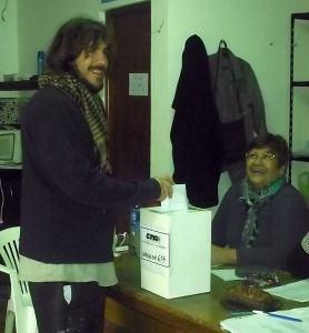En Mar del Plata, el compañero Apache Villalba, candidato a Secretario de Prensa, expresando su voto con alegría y entusiasmo.