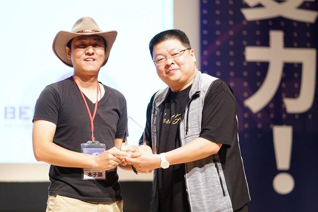 遊牧行創辦人木子鵬(圖左)於第四屆2020亞洲未來領袖獎中(Asia Futurist Leadership Award),榮獲「明日之星大獎-負責任機構」獎項(圖右為識富社會企業創始人黃冠華)。圖/業者提供