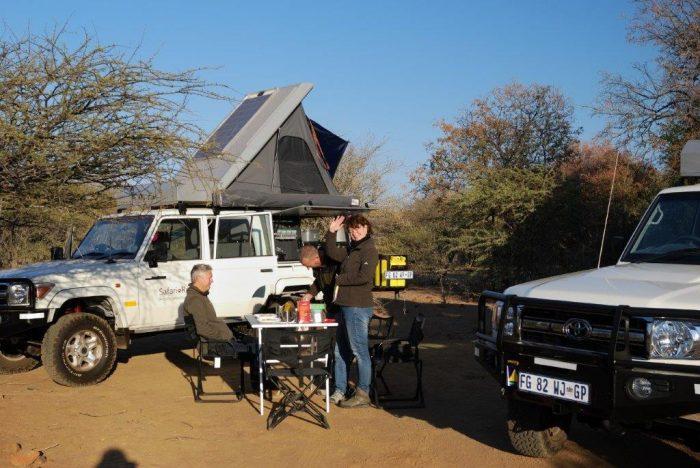 lunchen aan de kampeertafel bij je jeep met daktent