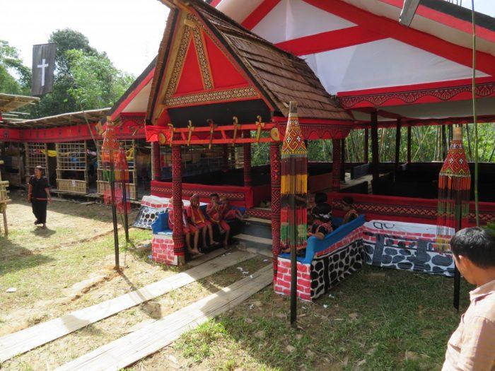De ontvangsttent voor gasten op de begrafenis van de Toraja