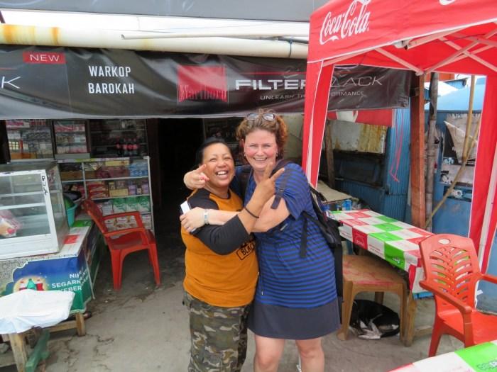 Indonesische vrouw omhelst Claudia