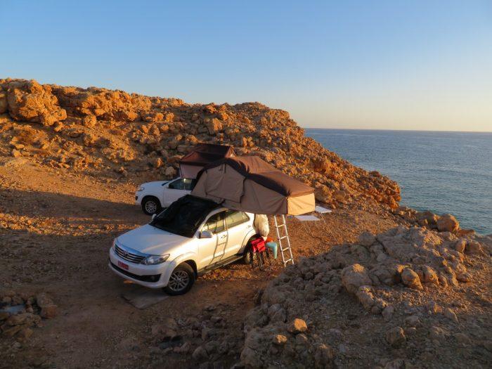 kamperen op de kliffen van Ras al Jinz
