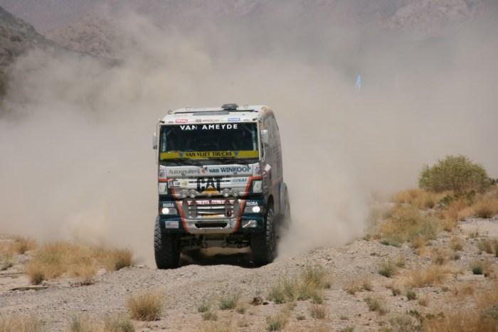 vrachtwagen in stofwolk bij dakar