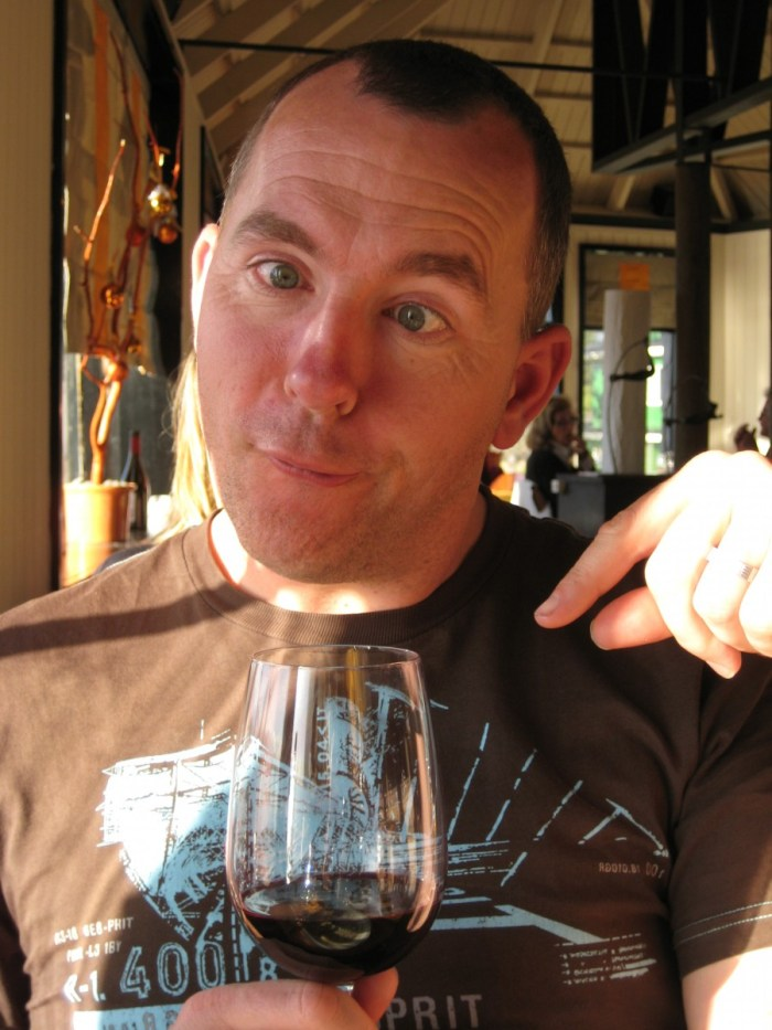Eric kijkt scheel naar wijnglas