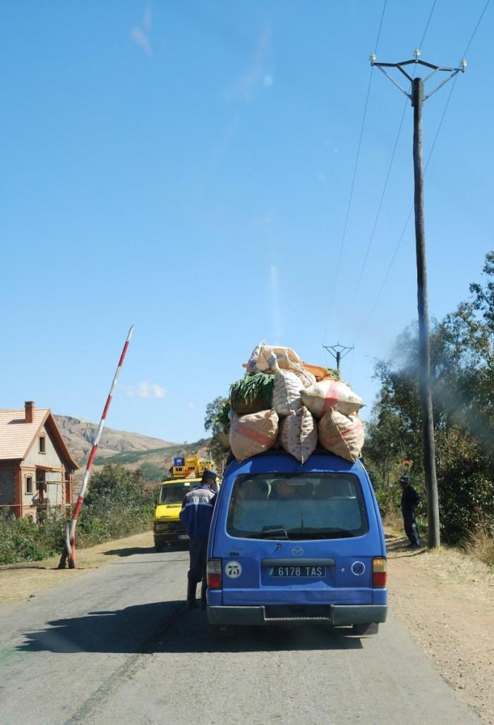 volgeladen taxi-brousse Madagaskar