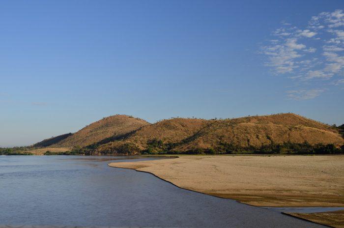 Landschap met water en bergen Madagakar