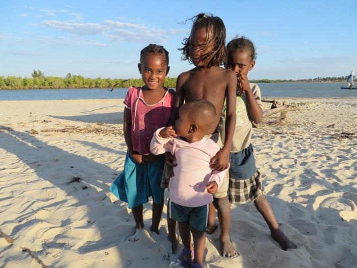kinderen op het vissersstrand