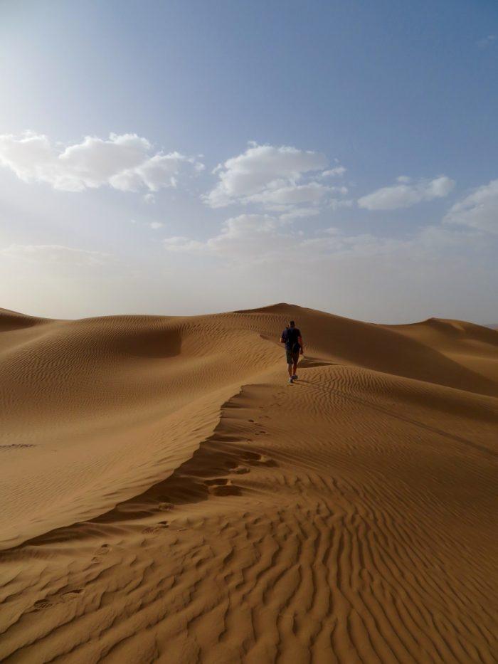 Eric op zandduin in Sahara
