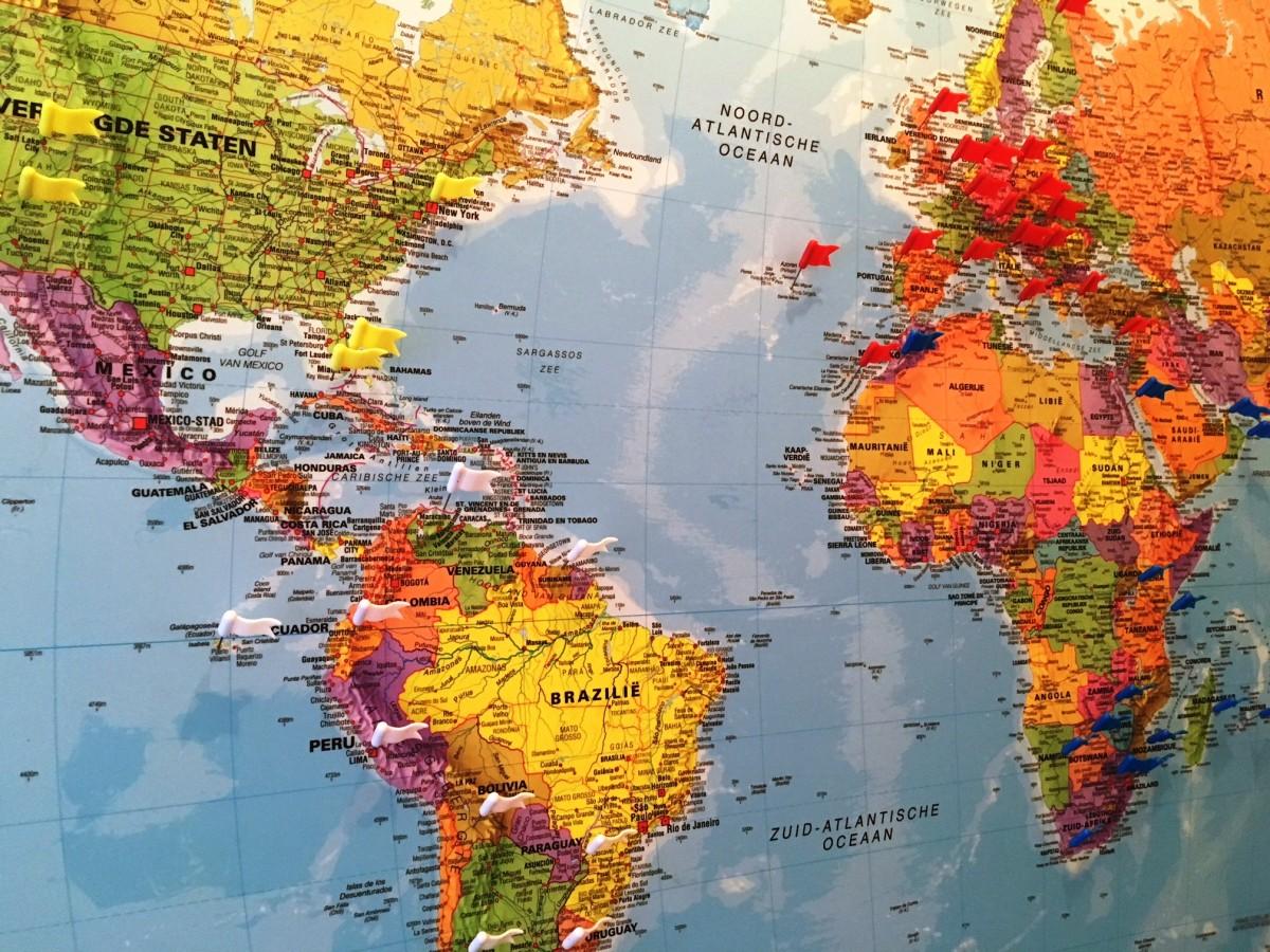 vlaggetjes op wereldkaart