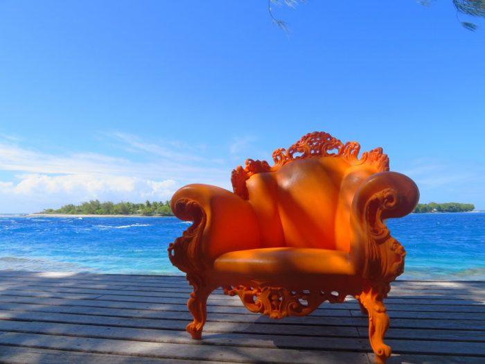 Oranje stoel op het terras van Chez Josephine