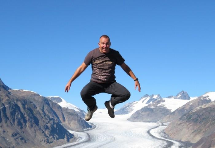 Eric springt boven de Salmon Glacier