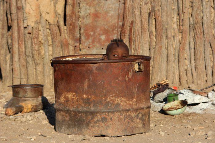 Himbajongentje in olievat