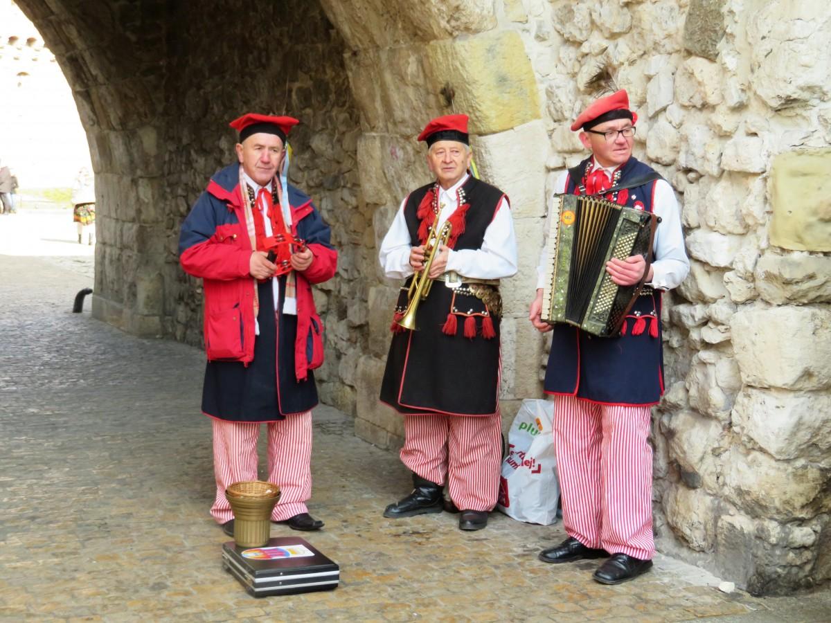 folklore bij de stadsmuur, Krakau
