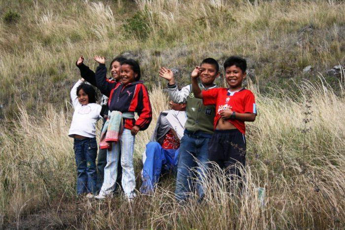 zwaaiende kinderen