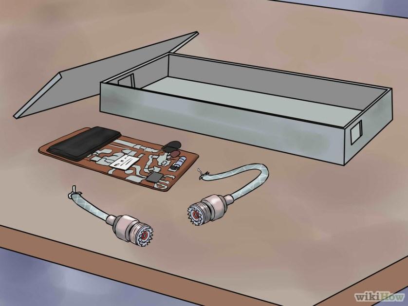 3 Usa una caja de aluminio vieja como marco para el bloqueador y unos conectores viejos de UHF de un celular Motorola para la entrada y salida.