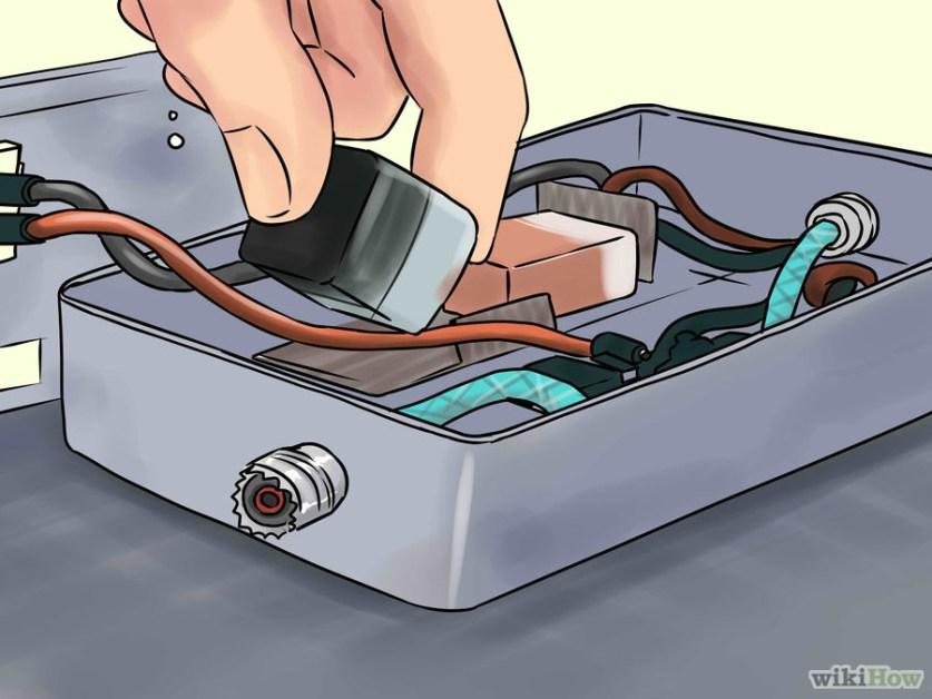 5 Usa una batería de nueve voltios y un regulador de voltaje para alimentar a todos los componentes. Coloca la batería adentro y sepárala del resto de los componentes mediante gomaespuma. Coloca el interruptor de encendido y apagado en la parte de arriba.