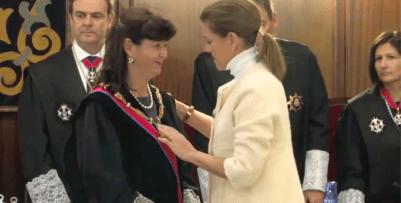 <p>Dolores de Cospedal impone la Gran Cruz de la Orden de San Raimundo de Peñafor a Concpeción Epejel, en febrero de 2014.</p>