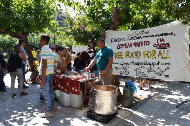 <p>Voluntarios de una ONG reparten comida a refugiados afganos en la Plaza Victoria en Atenas.</p>