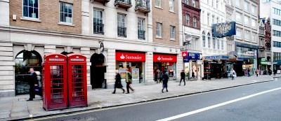 <p>Una oficina del Banco Santander, en Londres.</p>