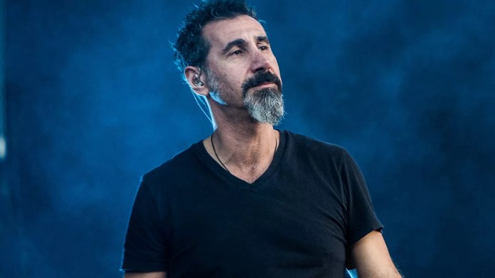 Serj Tankian toca en show a beneficio por victimas de guerra de Artsaj