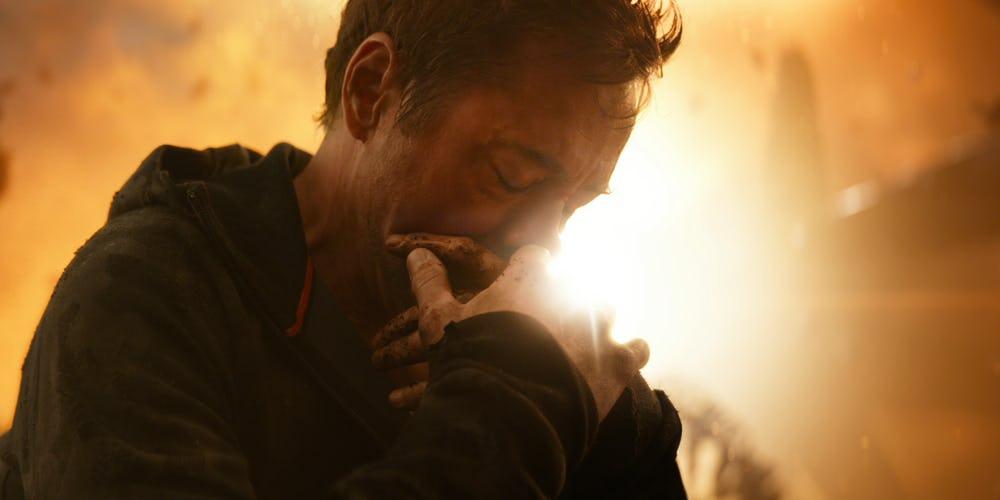 Tony-Stark-Cradling-His-Hand-In-Avengers-Infinity-War