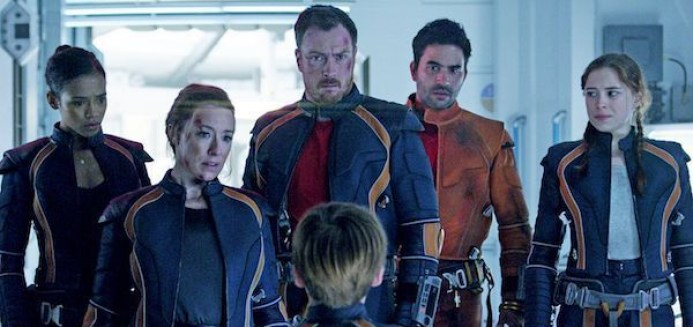 taylor-russell-molly-parker-toby-stephens-ignacio-serricchio-mina-sundwall-lost-in-space-01-600x350