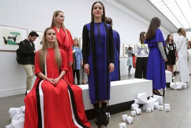 Varias mujeres importantes para la diseñadora visten sus diseños