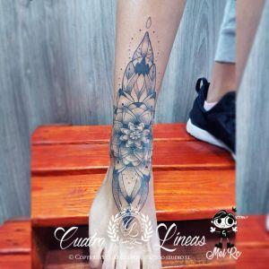 Tatuaje mandala geométrico mujer