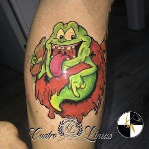 Tatuaje cover de pajaro con flores en madrid, de colores para pierna de chica, tatuaje de pierna de chica a color, tatuaje de flores y pajaro en cuatro lineas tatuaje madrid junto al metro oporto carabanchel