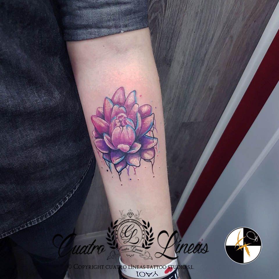 Tatuaje acuarela flor de loto en brazo de mujer madrid