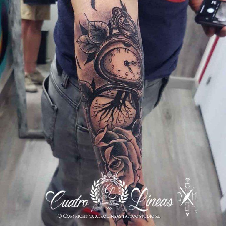 Tatuaje de rosas y reloj brazo en madrid carabanchel