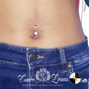 Piercing en ombligo pendiente acero 316 cuatro lineas tattoo estudio madrid carabanchel
