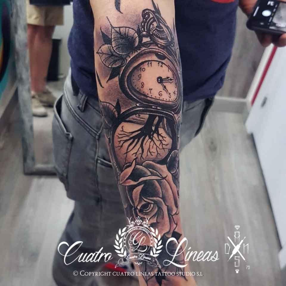 307 dani reloj y rosa Tatuaje realizado en carabanchel madrid, katrina catrina blanco y negro neotradicional suave tatuaje mujer con una flor ornamental flower