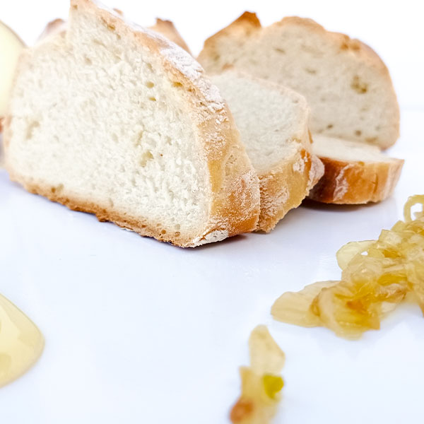 Pan de cebolla y miel rebanada