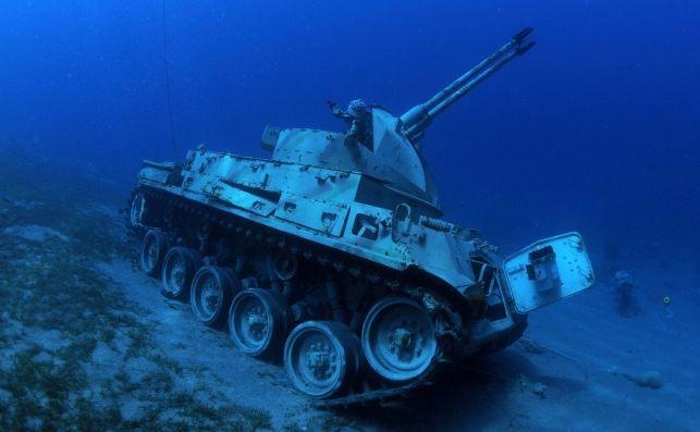Bucear entre helicópteros y tanques