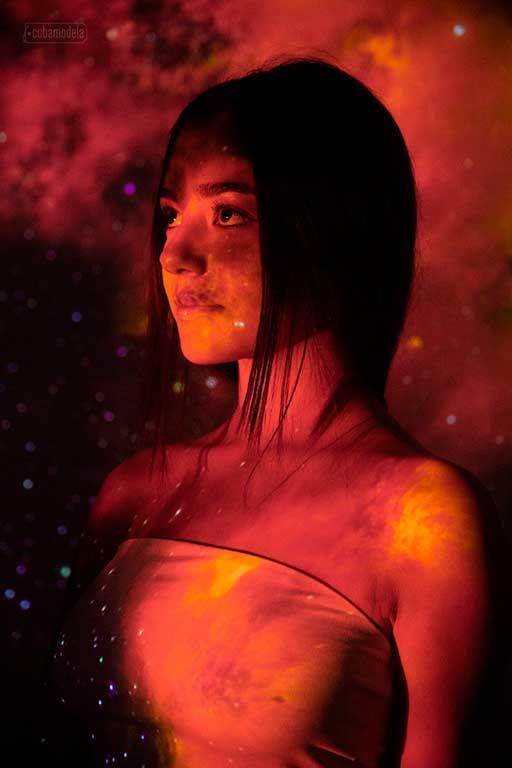 foto de quince en cuba en el estudio de fotografÍa de Cubamodela, bajo el efecto de un luz roja