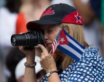 Aficionada norteamericana participando en el partido Tampa Bay vs Cuba
