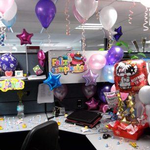 C mo celebrar el cumplea os en la oficina cubo m gico for Como decorar una oficina de trabajo