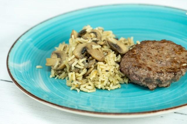 Arroz de cogumelos com hamburguer