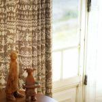ブラウンのカーテン