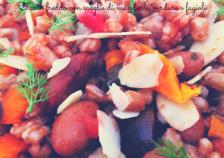 Farro freddo con scaglie di mandorle, verdure e fagioli!