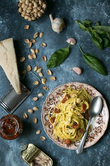 Pasta con pesto di pistacchi sgombro e pomodori secchi